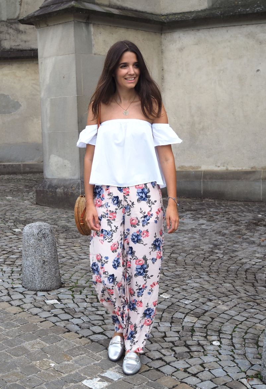 Blumen Hose und Strohtasche